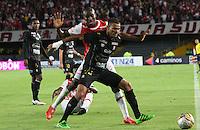 BOGOTÁ -COLOMBIA-28-MAYO-2016.Baldomero Perlaza (Izq.) de Santa Fe   disputa el balón con Dany Cure (Der.) del Once Caldas  durante partido por la fecha 20 de Liga Águila I 2016 jugado en el estadio Nemesio Camacho El Campin de Bogotá./ Baldomero Perlaza (L) of Santa Fe  fights for the ball with Dany Cure (R) of Once Caldas  during the match for the date 20 of the Aguila League I 2016 played at Nemesio Camacho El Campin stadium in Bogota. Photo: VizzorImage / Felipe Caicedo / Staff