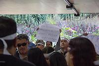 SÃO PAULO, SP, 25.06.2016 -PROTESTO- SP-  Pessoas com deficiência visual fazem protesto na Sé, Centro de São Paulo (SP), neste sábado (25). A manifestação tem o objetivo de reivindicar a continuidade do Programa Jovem Cidadão e o atendimento prestado pelo Metrô às pessoas cegas ou com baixa visão, usuárias do sistema metroviário, desde a entrada até a saída. (Foto: Doug Patricio/Brazil Photo Press/Folhapress)