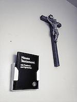 Kuzifix und Neues Testament in einem katholischen Krankenhaus in Berlin.<br /> 14.4.2014, Berlin<br /> Copyright: Christian-Ditsch.de<br /> [Inhaltsveraendernde Manipulation des Fotos nur nach ausdruecklicher Genehmigung des Fotografen. Vereinbarungen ueber Abtretung von Persoenlichkeitsrechten/Model Release der abgebildeten Person/Personen liegen nicht vor. NO MODEL RELEASE! Nur fuer Redaktionelle Zwecke. Don't publish without copyright Christian-Ditsch.de, Veroeffentlichung nur mit Fotografennennung, sowie gegen Honorar, MwSt. und Beleg. Konto: I N G - D i B a, IBAN DE58500105175400192269, BIC INGDDEFFXXX, Kontakt: post@christian-ditsch.de<br /> Bei der Bearbeitung der Dateiinformationen darf die Urheberkennzeichnung in den EXIF- und  IPTC-Daten nicht entfernt werden, diese sind in digitalen Medien nach §95c UrhG rechtlich geschuetzt. Der Urhebervermerk wird gemaess §13 UrhG verlangt.]