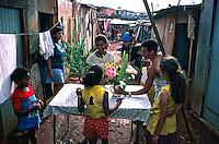 Reunião famíliar na Favela de Heliópolis, São Paulo. 1993. Foto de Juca Martins.
