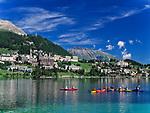 Schweiz, Graubuenden, Oberengadin, Kanuten auf dem St. Moritzsee und Blick auf St. Moritz Dorf | Switzerland, Graubuenden, Upper Engadin, canoeists at St. Moritz Lake and view at St. Moritz Village