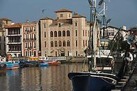 """Europe/France/Aquitaine/64/Pyrénées-Atlantiques/Pays Basque/Saint-Jean-de-Luz: Au port de pêche le Thonier Canneur """"Aïrosa""""   - En fond la maison de l'Infante"""