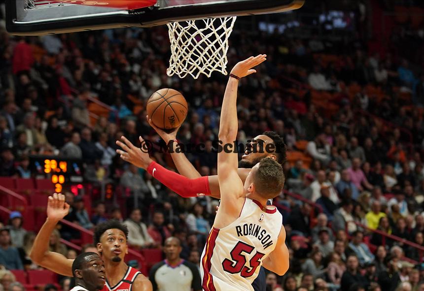 Isaiah Thomas (G, Washington Wizards, #4) beim Korbleger gegen Duncan Robinson (F Miami Heat, #55) - 22.01.2020: Miami Heat vs. Washington Wizards, American Airlines Arena