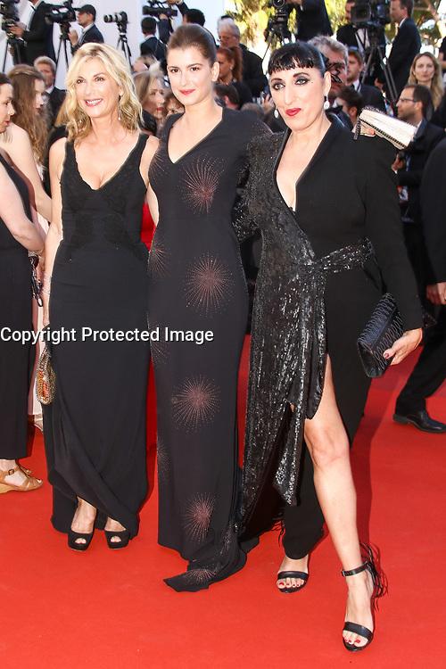 Michele Laroque et sa fille Oriane Deschamps avec Rossy de Palma sur le tapis rouge pour la projection du film en competition OKJA lors du soixante-dixiËme (70Ëme) Festival du Film ‡ Cannes, Palais des Festivals et des Congres, Cannes, Sud de la France, vendredi 19 mai 2017.