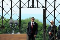 Besuch des Präsidenten der vereinigten Staaten von Amerika (USA) Barack Obama vom 4. bis 5. Juni 2009 in der Bundesrepublik Deutschland - Visite in der Mahn- und Gedenkstätte Buchenwald auf dem Ettersberg bei Weimar (Freitag der 5.6.2009) - im Bild:  der Präsident Barack Obama durchschreitet das Lagertor. Porträt Foto: Norman Rembarz..