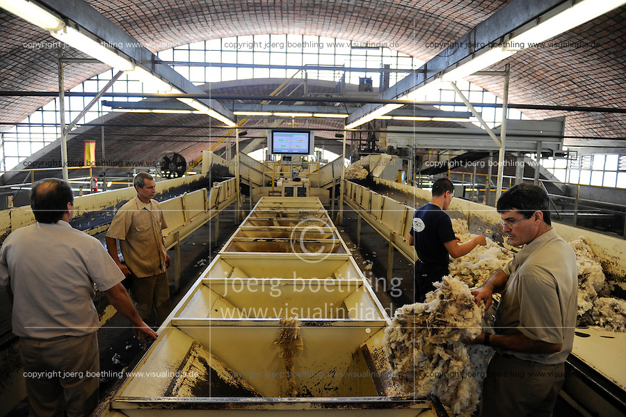URUGUAY Verarbeitung von Merino Schafswolle bei Lanas Trinidad S.A. , Anlieferung und Sortierung der Wolle / .URUGUAY city Trinidad, company Lanas Trinidad  S.A. processing of Merino sheep wool, brick roof hall constructed by architect Eladio Dieste