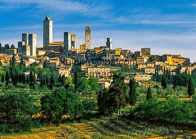Italien, Toskana, Provinz Siena, das mittelalterliche Staedtchen San Gimignano mit seinen Geschlechtertuermen | Italy, Tuscany, Province of Siena, San Gimignano with its towers