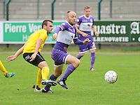 Sporting West Harelbeke - SCT Menen :<br /> Joachim Vercouter (R) is sneller op de bal dan Tibo Vandendriessche (L)<br /> <br /> Foto VDB / Bart Vandenbroucke