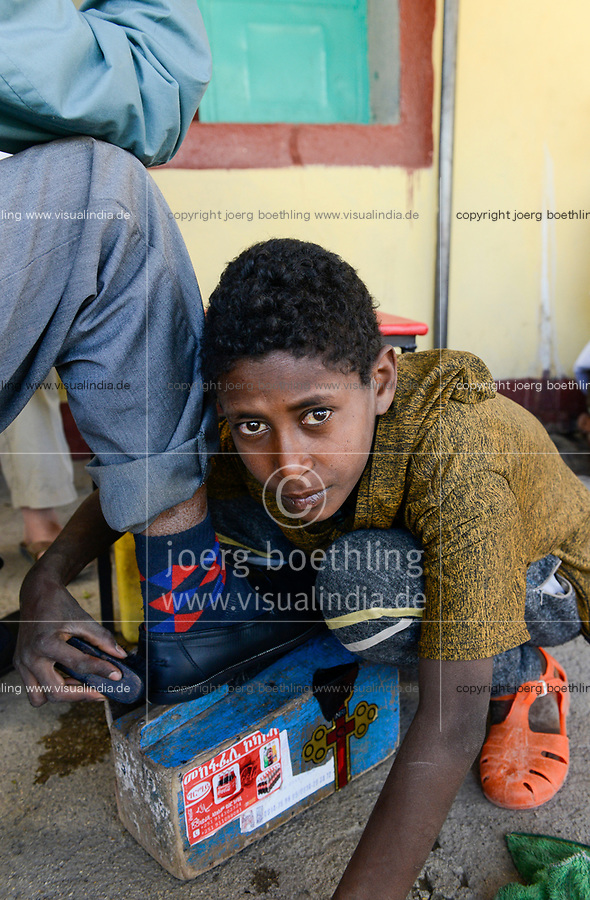 ETHIOPIA , Tigray, Adwa or Adua, boy polish shoes with his shoe shine wooden box / AETHIOPIEN, Tigray, Adwa, Junge putzt Schuhe