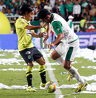 CALI -COLOMBIA-11-12-2013. Andres Perez (Der) jugador del Deportivo Cali disputa el balón con Sherman Cardenas (Izq) jugador de Atlético Nacional durante partido de ida por la final de la Liga Postobón II 2013 jugado en el estadio Pascual Guerrero de la ciudad de Cali./ Andres Perez (L) player of Deportivo Cali vies for the ball with Sherman Cardenas (R) player of Atletico Nacional during the first leg match for the final of the Postobon  League II 2013 at Pascual Guerrero stadium in Cali city.  Photo: VizzorImage/Juan C. Quintero/STR