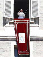 "Papa Francesco saluta i fedeli prima di recitare la preghiera del ""Regina Coeli"" dalla finestra del Palazzo Apostolico affacciata su piazza San Pietro, Città del Vaticano, 17 aprile 2017.<br /> Pope Francis waves as he arrives to lead the Regina Coeli prayer from the window of the apostolic palace overlooking St Peter's square at the Vatican, on April 17 2017.<br /> UPDATE IMAGES PRESS/Isabella Bonotto<br /> <br /> STRICTLY ONLY FOR EDITORIAL USE"