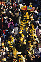 INDIA Karnataka, every year a festival takes place around the Yellamma temple in Saundatti and attracts thousand of pilgrims from villages, here is also practizised the Devadasi cult, where young girls are secretly dedicated to the hindu goddess Yellamma, most of the girls end in prostitution, pilgrim with yellow turmeric powder at procession at temple  / INDIEN Karnataka, jedes Jahr findet in Saundatti das Tempelfest zu Ehren der Goettin Yellamma statt, das Tausende Pilger aus den umliegenden Doerfern anzieht, hier wird der Devadasi Kult praktiziert, heimlich werden junge Maedchen der Hindu Goettin Yellamma geweiht, die Maedchen enden spaeter meistens in der Prostitution, Pilger bei Prozession am Tempel