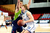 10-04-2021: Basketbal: Donar Groningen v ZZ Leiden: Groningen, Donar speler Henry Caruso met Leiden speler luuk van Bree