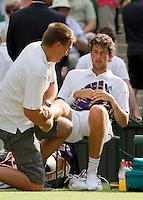 24-06-10, Tennis, England, Wimbledon, Robin Haase  wordt aan zijn onderbeen behandeld in zijn partij tegen Rafael Nadal