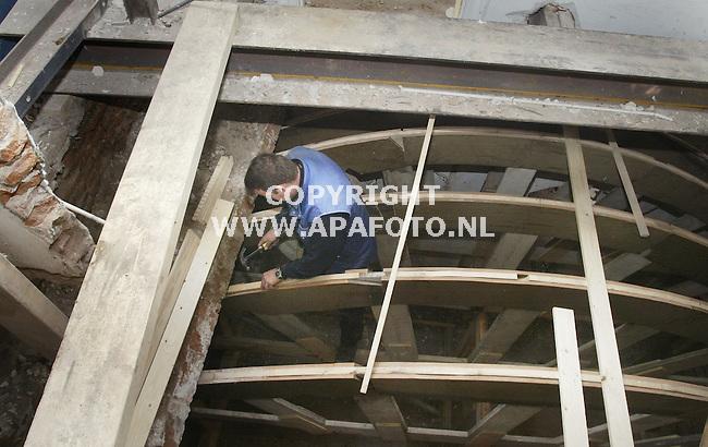 Nijmegen, 231002<br /> Restauratie van het cellenbroederenhuis. Oude gewelven zijn uitelkaar gehaald, een houten frame word gebouwd waarover later de gewelven opnieuw inelkaar worden gezet.<br /> Foto: Sjef Prins - APA Foto