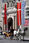 Oesterreich, Salzburger Land, Salzburg: Mit dem Fiakerl durch die Altstadt, vor der Residenz | Austria, Salzburger Land, Salzburg: A Fiaker ride through Down Town in front of Residence