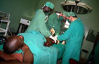 GULU / NORD UGANDA.MEDICI DELL'EQUIPE DEL LACOR HOSPITAL OPERANO UN CIVILE FERITO DURANTE UNA INCURSIONE DEI GUERRIGLIERI DEL LORD RESISTENCE ARMY..FOTO LIVIO SENIGALLIESI