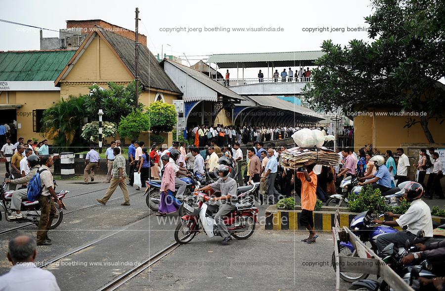 SRI LANKA Colombo, railway station and crossing