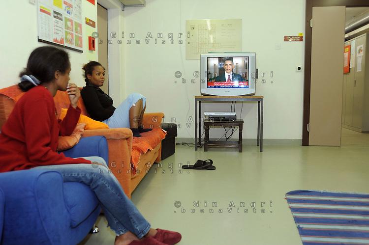 ragazze somale  nel centro per asilanti, richiedenti asilo politico,in un ex bunker a Biasca, Canton Ticino, Svizzera.