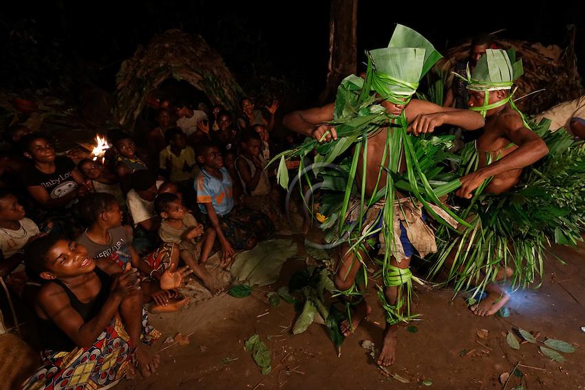 Ceremonies are carried out to celebrate important moments and are part of the initiation of the youths, the teaching of the forest. The first hunt, securing the first turtle give rise to a ceremony. The Bolobé is a quite likeable demon. The introduction of the youths to Bolobé begins at the age of 12.  Bolobé is a bit the secret of men; through Bolobé, they discover the world of the forest. The techniques and secrets of hunting, animal life... how to find and harvest honey.///Les cérémonies sont réalisées pour fêter les moments importants et font parti de l'initiation des jeunes, l'enseignement à la forêt. La première chasse, ramassage de la première tortue donne lieu une cérémonie. Le Bolobé est un démon plutôt sympathique. L'initiation des jeunes à Bolobé commence à 12 ans.  Bolobé, c'est un peu le secret des hommes. A travers Bolobé, il découvre le monde de la forêt. Les techniques et secrets de chasse, le vie animale…comment trouver et récolter le miel.