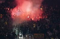 Türkische Fans brennen Bengalos ab - Frankfurt 16.09.2021: Eintracht Frankfurt vs. Fenerbahce Istanbul, Deutsche Bank Park, 1. Spieltag UEFA Europa League