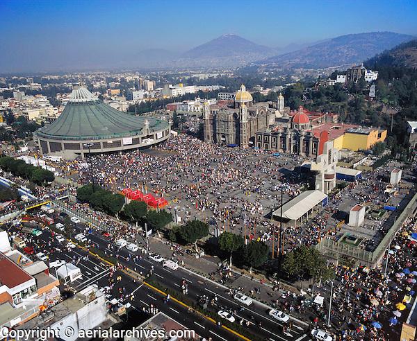 aerial photograph of many people at the Basilica de Guadalupe, Mexico City | fotografía aérea de muchas personas en la Basílica de Guadalupe, Ciudad de México