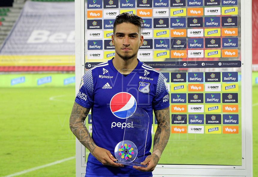 IBAGUE - COLOMBIA, 06-10-2020: Cristian Arango de Millonarios recibe el premio almejor jugador después del partido entre Deportes Tolima y Millonarios por la fecha 12 de la Liga BetPlay DIMAYOR 2020 jugado en el estadio Manuel Murillo Toro de la ciudad de Ibagué. / Cristian Arango of Millonarios receives the best player award after the match for the date 12 between Deportes Tolima and Millonarios of BetPlay DIMAYOR League 2020 played at Manuel Murillo Toro stadium in Ibague city. Photo: VizzorImage / Nelson Rios / Cont.  Photo: VizzorImage / Juan Torres / Cont