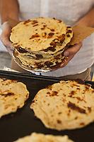 Europe/France/Corse/2B/Haute-Corse/Cap Corse/Nebbio/Bastia: Marché, Place du Marché - Sur un étal du marché, préparation des Migliacciola, recette corse à base de fromage de brebis et chêvre, petit lait, farine de blé, oeuf, sel cuite sur la pierre au feu de bois
