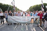 """Protest gegen den syrischen Diktator Bashar al-Assad.<br /> Am Freitag den 21. August 2015 protestierten mehrere hundert Menschen, die meissten Buergerkriegsfluechtlinge aus Syrien, gegen den fortdauernden Buergerkrieg in ihrem Herkunftsland. Sie gedachten annlaesslich des 2. Jahrestag der Opfer des Giftgas-Angriffs vom 21. August 2013 in Damaskus. Das Assad-Regime hatte ueber 1.600 Menschen mit dem Nervengift Sarin ermordet.<br /> Nach Angaben des deutschen Vertreters der """"Syrischen Nationalen Koalition"""", Dr Bassam Abdullah,  werden in Syrien weiterhin Menschen durch Giftgas durch die Regierungstruppen getoetet. Die Koalition ist ein Zusammenschluss von syrischen Muslimen, Christen, Assyrern und Kurden.<br /> Im Bild: Demonstranten mit einem Banner """"Stop Chemical Assad"""" auf dem der Name Assad mit einem Hakenkreuz geschrieben ist.<br /> 21.8.2015, Berlin<br /> Copyright: Christian-Ditsch.de<br /> [Inhaltsveraendernde Manipulation des Fotos nur nach ausdruecklicher Genehmigung des Fotografen. Vereinbarungen ueber Abtretung von Persoenlichkeitsrechten/Model Release der abgebildeten Person/Personen liegen nicht vor. NO MODEL RELEASE! Nur fuer Redaktionelle Zwecke. Don't publish without copyright Christian-Ditsch.de, Veroeffentlichung nur mit Fotografennennung, sowie gegen Honorar, MwSt. und Beleg. Konto: I N G - D i B a, IBAN DE58500105175400192269, BIC INGDDEFFXXX, Kontakt: post@christian-ditsch.de<br /> Bei der Bearbeitung der Dateiinformationen darf die Urheberkennzeichnung in den EXIF- und  IPTC-Daten nicht entfernt werden, diese sind in digitalen Medien nach §95c UrhG rechtlich geschuetzt. Der Urhebervermerk wird gemaess §13 UrhG verlangt.]"""