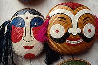 mit Gesichtern bemalte Strohkörbe in Hanoi, Vietnam