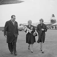 Singer Petula Clark arrive at Schiphol airport, March 18, 1960.<br /> <br /> PHOTO :  	Henk Lindeboom ANEFO