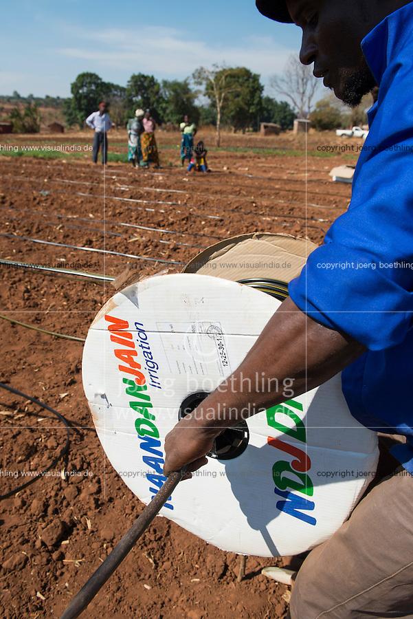 MALAWI, village Zingiziwa, installation of drip irrigation system / MALAWI, Dorf Zingiziwa, GIZ Projekt gruene Innovationszentren, Aufbau eines drip irrigation system in Zusammenarbeit mit dem NRC national resource centre