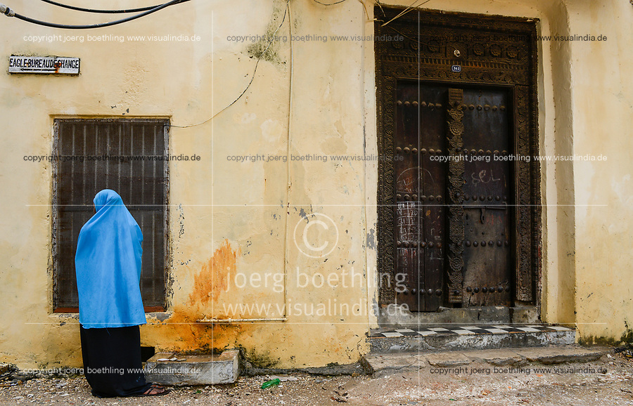 TANZANIA Zanzibar, Stone town is part of UNESCO heritage, wooden carved door / TANSANIA Insel Sansibar, Stonetown, die Altstadt ist Teil des Unesco Welterbe Programm, alte Holztür mit Verzierung