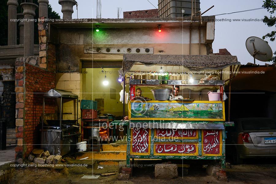 EGYPT, oasis El-Wahat el-Bahariya, Bawiti, street food stall / AEGYPTEN, Oase Bahariyya, Bawiti
