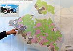 """Foto: VidiPhoto<br /> <br /> POORTVLIET - Niet alleen akkerbouwers/volle grondgroente, maar ook fruitteeltbedrijven hebben in grote delen van Zeeland te weinig zoet water beschikbaar. De provincie heeft nog steeds veel last van het zout dat na honderden jaren aan overstromingen is achtergebleven en via sloten zich vermengt met zoet water. Op de momenten dat water nodig is in het groeiseizoen, is er een structureel neerslagtekort. Gevolg is dat gewassen niet groeien of zelfs verbranden en de oogst mislukt. Om die reden is de provincie in 2019 gestart met het zogenoemde """"Zeeuws Deltaplan Zoet water"""". Om het provinciebestuur een handje te helpen en meer vaart in de waterstudies te brengen, heeft landbouworganisatie ZLTO samen met de agribusinessketens in Zeeland nu een eigen masterplan. Foto: De waterkaart voor het eiland Tholen. In het groene gedeelte is de water kwaliteit goed en redelijk makkelijk te gebruiken. In het roze gebied moet je vaak wat meer moeite doen om het te gebruiken, meer slangen naar een sloot toe leggen, of de water kwaliteit is minder goed dan in de groene gebieden. In de grijze gebieden is de waterkwaliteit een stuk minder goed, meestal niet bruikbaar."""