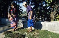 INDIA Karnataka Taccode, pepper harvest, women separate green pepper berry after harvest and dry them in the sun / INDIEN Karnataka, Anbau von Pfeffer, Frauen entstielen die gruenen Pfefferbeeren nach der Ernte, anschliessend werden sie in der Sonne getrocknet bis sie schwarz werden