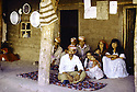 Irak 1985 Dans les zones libérées, région de Lolan, une famille dans leur maison  Iraq 1985 In liberated areas, Lolan district, a family at home
