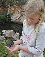 Mädchen mit Europäische Sumpfschildkröte, Emys orbicularis, European pond turtle, European pond terrapin