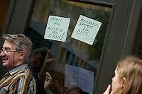 """Protest gegen einen Auftritt der Cubanischen Bloggerin Yoani Sanchez im Instituto Cervantes in Berlin.<br />Die Cubanische Bloggerin Yoani Sanchez redete auf Einladung der Jounalistenorganisation Reporter ohne Grenzen und der Tageszeitung """"taz"""" am Mittwoch den 8. Mai 2013 im Instituto Cervantes. Gegen diesen Auftritt protestierten vor dem Gebaeude Mitglieder verschiedener kommunistischer Organisationen aus Lateinamerika und Deutschland.<br />Im Bild: Veranstaltungsteilnehmer halten Schilder """"Meinungsfreiheit fuer Alle"""" und """"Ohren und Augen fuer Yoani!"""" an die Eingangstuer.<br />8.5.2013, Berlin<br />Copyright: Christian-Ditsch.de<br />[Inhaltsveraendernde Manipulation des Fotos nur nach ausdruecklicher Genehmigung des Fotografen. Vereinbarungen ueber Abtretung von Persoenlichkeitsrechten/Model Release der abgebildeten Person/Personen liegen nicht vor. NO MODEL RELEASE! Don't publish without copyright Christian-Ditsch.de, Veroeffentlichung nur mit Fotografennennung, sowie gegen Honorar, MwSt. und Beleg. Konto:, I N G - D i B a, IBAN DE58500105175400192269, BIC INGDDEFFXXX, Kontakt: post@christian-ditsch.de<br />Urhebervermerk wird gemaess Paragraph 13 UHG verlangt.]"""