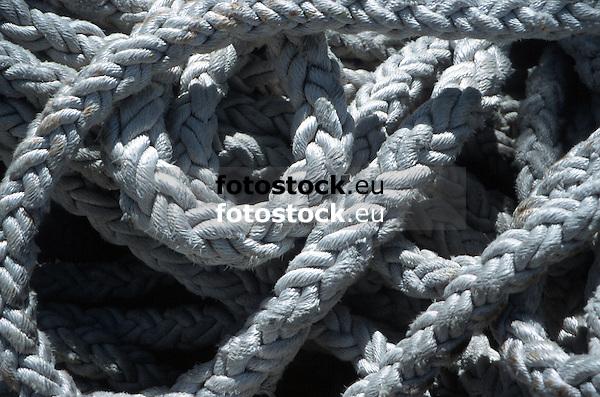 close-up of white ropes in a harbor<br /> <br /> detalle de cabos blancos en un puerto<br /> <br /> Nahaufnahme von weißen Tauen in einem Hafen<br /> <br /> 1870 x 1238 px<br /> Original: 35 mm slide transparency