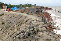 INDIA, West Bengal, Ganges river delta Sundarbans , Sagar Island , broken dyke due to sea erosion and rising sea levels / INDIEN Westbengalen, Gangesdelta Sunderbans , Sagar Island , vom Meer zerstoerter Deich