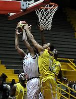 BOGOTA - COLOMBIA - 22-04-2013: Fuentes (Izq.) de Piratas de Bogotá, disputa el balón Hernandez (Der.) de Bucaros de Bucaramanga, abril 22 de 2013. Piratas y Bucaros en la tercera fecha de la fase II de la Liga Directv Profesional de baloncesto en partido jugado en el Coliseo El Salitre. (Foto: VizzorImage / Luis Ramírez / Staff).  Fuentes (L) of Piratas from Bogota, fights for the ball with Hernandez (R) of Bucaros from Bucaramanga, April 22, 2013. Pirates and Bucaros in the third match of the phase II of the Directv Professional League basketball, game at the Coliseum El Salitre. (Photo: VizzorImage / Luis Ramirez / Staff).