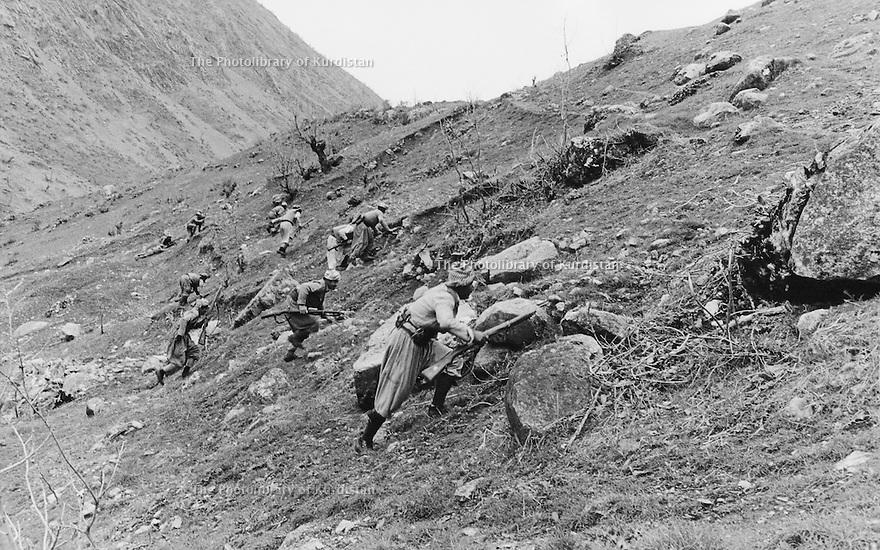 Iraq 1974 <br /> In times of armed struggle,training of peshmergas in the mountains<br /> Irak 1974 <br /> Au temps de la lutte armée, entrainement de peshmergas dans les montagnes
