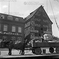 Getreidehandlung und Verladung im Hafen von Elbing, Masuren, Ostpreußen, Deutschland 1930er Jahre. Grain warehouse, trading an loading at Elbing, harbor, Masuria, East Prussia, Germany 1930s.