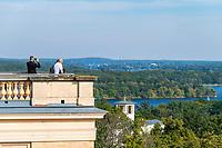 Aussichtsplattform im Belvedere auf dem Pfingstberg, hinten die Skyline von Berlin, Potsdam, Brandenburg, Deutschland
