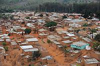 ANGOLA Kwanza-Sul, Calulo, Lehmhuetten am Stadtrand / ANGOLA Calulo, clay huts at city outskirts