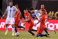 NEW JERSEY - UNITED STATES, 26-06-2016: Lionel Messi (C) jugador de Argentina (ARG) disputa el balón con Charles Aranguiz (Izq) y Arturo Vidal (Der) jugador de Chile (CHI) durante partido por la final de la Copa América Centenario USA 2016 jugado en el estadio Metlife en New Jersey, NJ, USA. /  Lionel Messi  (C) player of Argentina (ARG) fights the ball with Charles Aranguiz (L) and Arturo Vidal (R) player of Chile (CHI) during match for the final of the Copa América Centenario USA 2016 played at Metlife stadium in New Jersey, NJ, USA. Photo: VizzorImage/ Luis Alvarez /Str