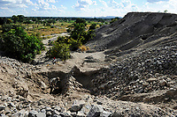 ZAMBIA Luanshya Copperbelt, abandoned stockpile of Luanshya Copper Mine, which belongs to chinese group China Nonferrous Metal Mining Group Co (CNMC) , people collect stones as building material / SAMBIA Luanshya, Abraumhalde eines stillgelegten Schachts der Kupfermine Luanshya Copper Mines, das dem chinesischen Unternehmen  China Nonferrous Metal Mining Group Co - CNMC gehoert, Menschen sammeln Steine fuer Baumaterial