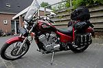 Foto: VidiPhoto..VALBURG - Het veilig pakken van de motor.
