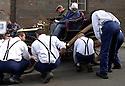 04/06/05 - CIRCUIT HISTORIQUE - PUY DE DOME - FRANCE - Commemoration officielle du Centenaire de la Course GORDON BENNETT. Arret au stand, ancetre du Pit-stop - Photo Jerome CHABANNE